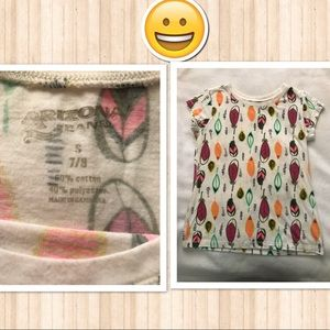 Girls T-shirt with a design of colorful feathers.